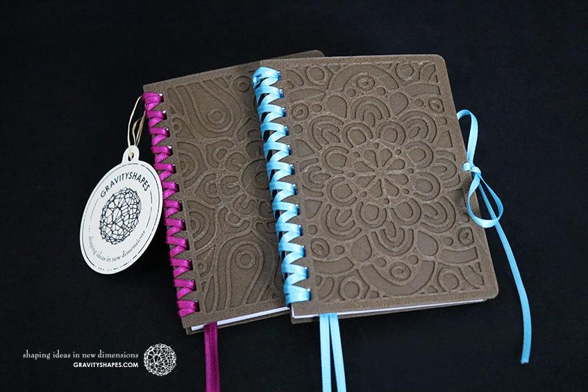 684_683_Holz-Notizbloecke-A7-mit-Zierschnürung_braun-violett_braun-blau_Ornament_Mandala_2