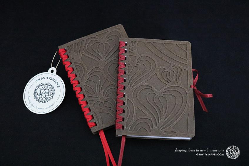 687_Holz-Notizbloecke-A7-mit-Zierschnürung_braun-rot_braun-bordaux_Seamless-Herzen_1